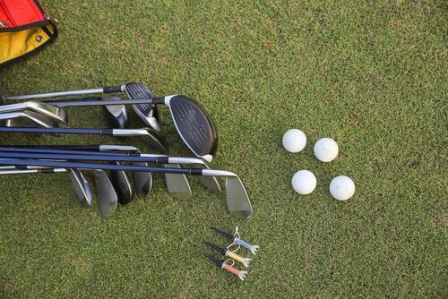 芝生においてあるゴルフクラブとボール