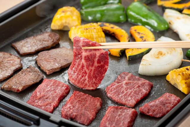 ホットプレートで焼かれている肉
