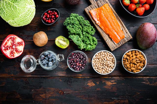 皿に並べられた野菜や食材