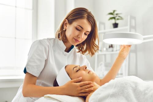 治療をする女性の医師