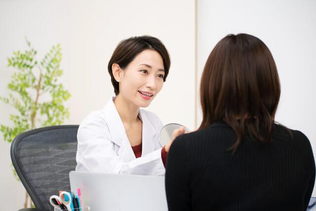 カウンセリングを行う女性の医師