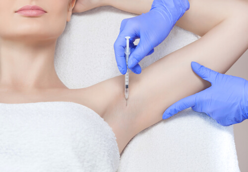 腋に注射される女性