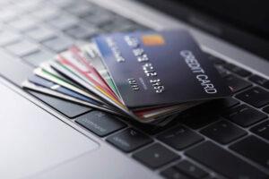 パソコンの上に置かれたクレジットカード