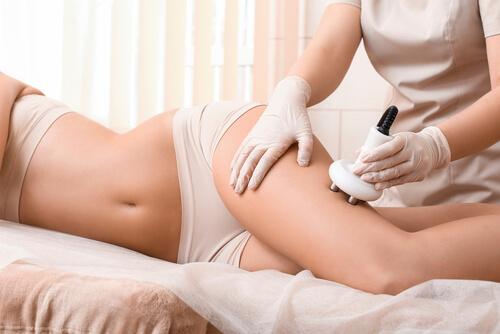 脚の施術を受ける女性