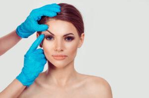 女性のまぶたを持ち上げる医者
