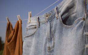 ジーンズを洗う頻度は?人気スタイリストが洗い方やケア方法を伝授