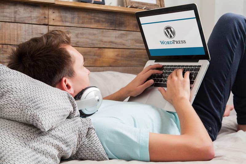 ワードプレスブログを更新する男性