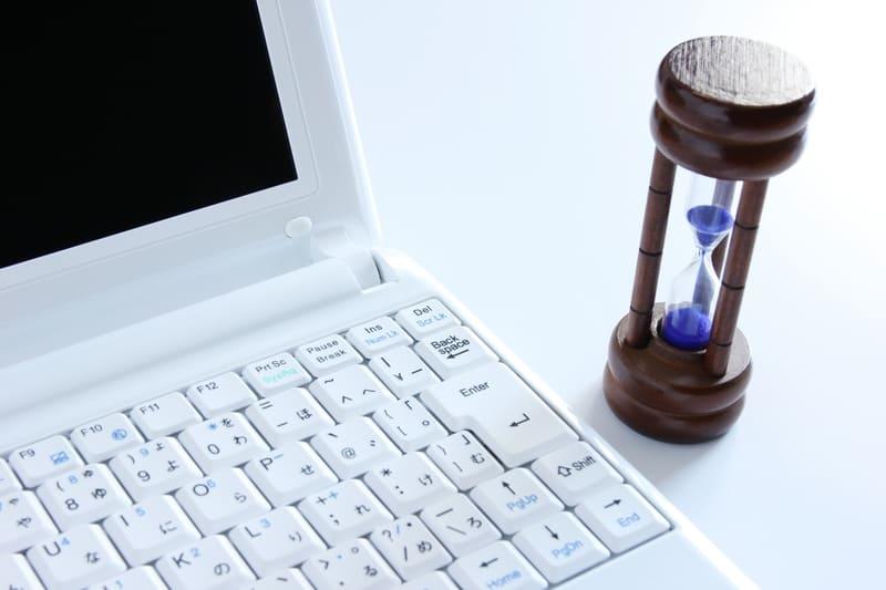 記事の執筆にかける時間のイメージ PCと砂時計